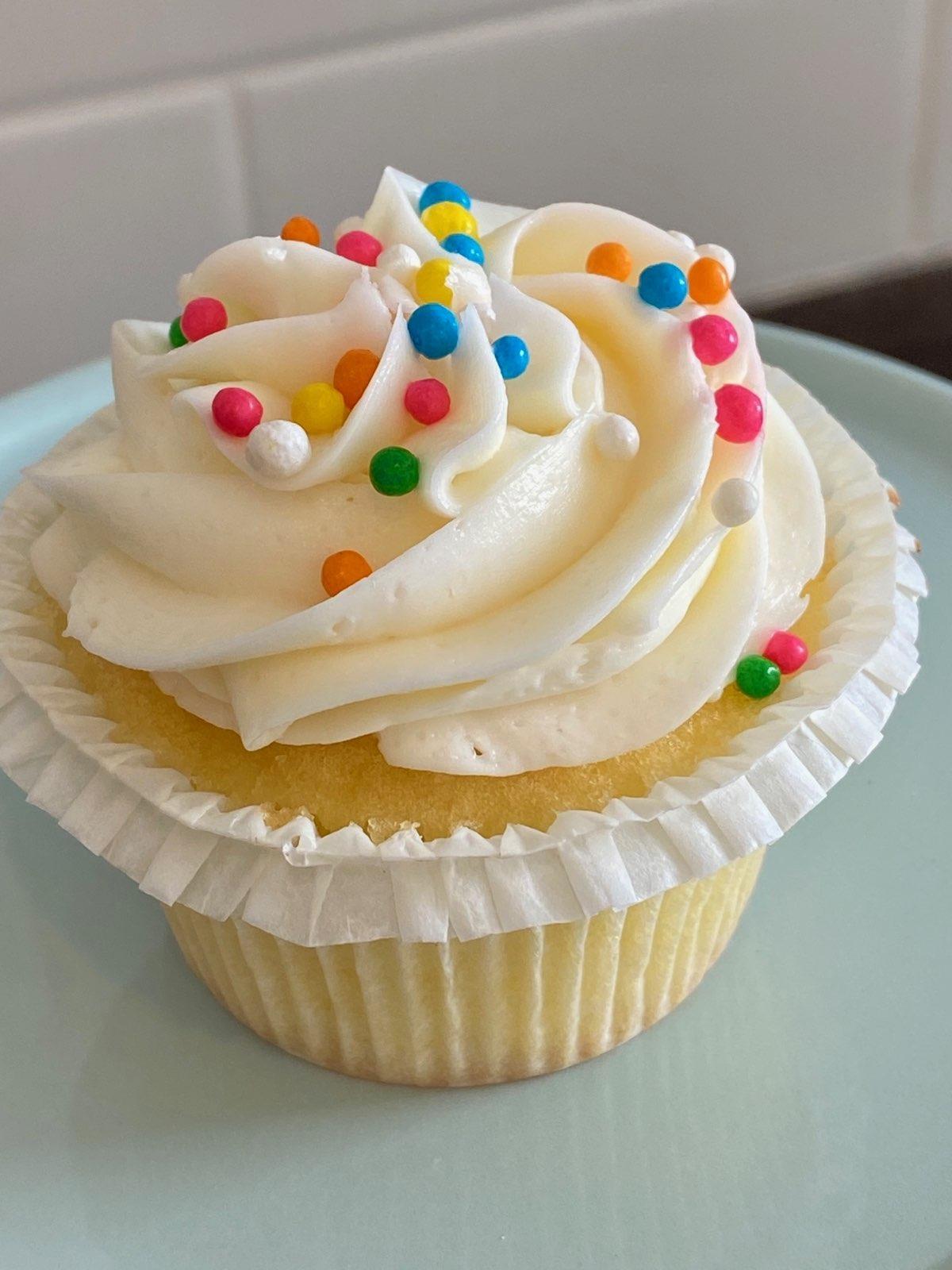 Vanilla Buttercream Cupcakes (6) vancc1